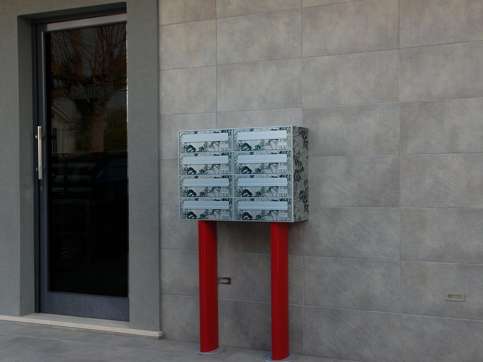 piedistalli cassette postali rossi